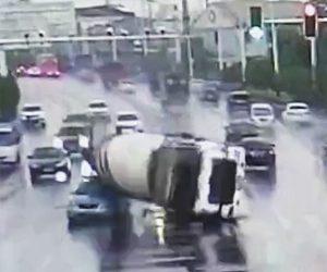 【動画】信号で止まったタクシーを避けようとするミキサー車が横転しタクシーを潰してしまう衝撃事故