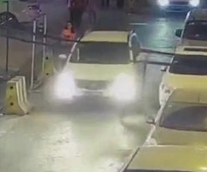 【動画】車の脇から車道に飛び出した3歳の男の子が道を走るSUV車に轢かれてしまうが…