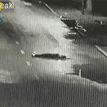 【動画】車道の真ん中で倒れてしまった女性。大型トラックに撥ねられてしまう衝撃映像