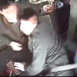 【動画】男が走行中のバス運転手に掴みかかり、バスがトラックに激突。乗客が飛ばされる衝撃映像