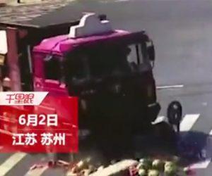 【動画】右折するトラックが大量のスイカを運ぶバイクを轢いてしまう衝撃事故映像