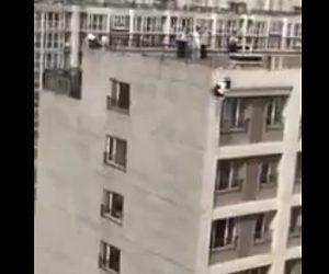 【動画】女性が高層マンション屋上から飛び降りてしまう衝撃映像