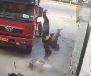 【動画】トラックタイヤが爆発し作業員が吹き飛ばされる衝撃映像