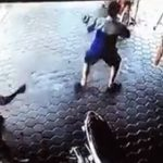 【動画】猛スピードで突っ込んで来る車に気付いた男性が子供2人をギリギリで助ける衝撃映像