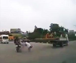 【動画】トラックが運ぶ長い鉄骨がバイクに乗る男性の頭に直撃してしまう衝撃映像