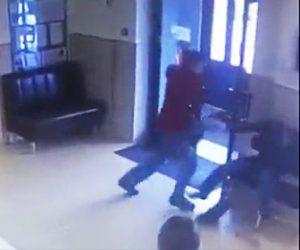 【動画】市役所で男が突然刃物を取り出し椅子に座っている男性に斬りかかる衝撃映像