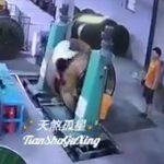 【動画】ビニールを巻き取る機械に作業員が巻き込まれてしまう衝撃事故映像