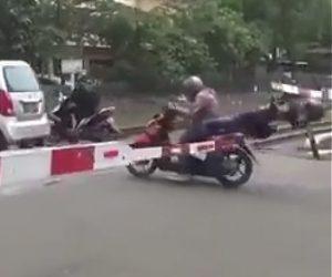 【動画】2人乗りバイクが遮断機が下りてきた踏切を渡ろうとするが後ろに乗っている女性が…