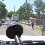 【動画】サイドブレーキを忘れた配送トラックが走り出し配達員が走って必死に追いかける衝撃映像