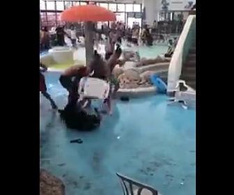【動画】ウォーターパークで客と警備員が激しい喧嘩。椅子で殴り合う衝撃映像
