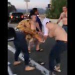 【動画】高速道路で2組の家族が喧嘩。下着丸見えで激しい殴り合いをする衝撃映像