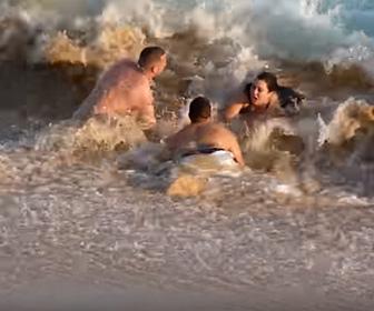 【動画】波打ち際で波にさらわれ溺れる女性を男性達が必死に助けるが…