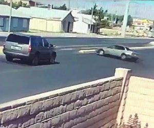 【動画】散歩中の女性が猛スピードの車に後ろかはね飛ばされてしまう衝撃事故映像