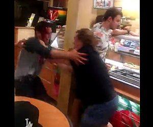 【動画】男性2人が激しい喧嘩。強烈な頭突きで怒った男性は…血まみれになる衝撃映像