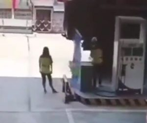 【動画】ガソリンスタンドで女性店員の横でダンプカーのタイヤが突然爆発する衝撃映像