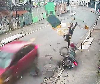 【動画】パンを運ぶバイクが車と正面衝突。パンが散乱してしまう衝撃事故映像