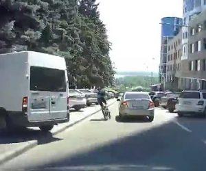 【動画】車道を猛スピードで走る自転車がコントロールを失い転倒してしまう衝撃映像