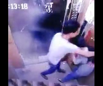 【動画】女性がエレベーター内で男に襲われ、女性は必死に抵抗するが…