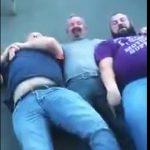 【動画】大男2人に手足を押さえられ動けなくなった男性が地獄を見る衝撃映像。