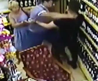 【動画】ロシア人観光客が店でオーナーの飼っている犬を蹴り飛ばし、オーナーの鼻をへし折る衝撃映像