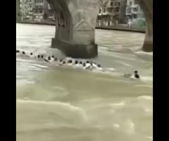 【動画】ドラゴンボートが橋の橋脚に激突し沈没。大勢が川に放り出され1名が死亡してしまう