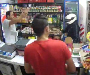 【動画】フルフェイスを被った強盗が銃で店員と客を脅すが…衝撃の結末