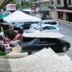 【動画】車が突然バックで走り出し女性が轢かれてしまう衝撃事故映像