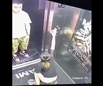 【動画】エレベーター内で女性が我慢できずう●こをするがドアが開いてしまい…