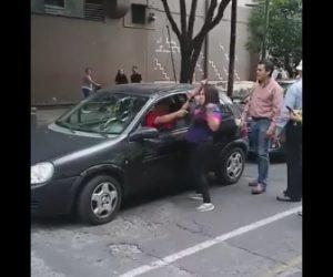 【動画】ロードレイジで怒っている女。後ろの車のドライバーに掴みかかる