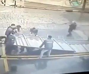 【動画】巨大な鉄の門が倒れ作業員が下敷きになってしまう衝撃事故映像