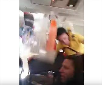 【動画】激しい乱気流でCAが天井に激突、ドリンクが宙を舞う衝撃映像