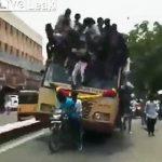 【動画】バスが急ブレーキをかけ、バスの上に乗っていた大勢の人達が落下してしまう衝撃映像