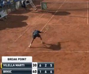 【動画】テニスの試合中、ラケットを地面に叩きつけて破壊する衝撃映像