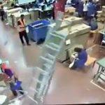 【動画】大きな脚立が倒れ作業している女性の頭に直撃してしまう衝撃映像
