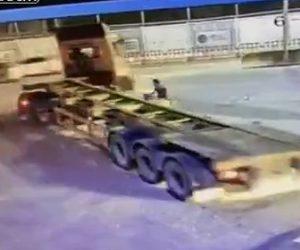 【動画】右折する大型トラックがスクーターを巻き込みスクーター運転手が必死に逃げる衝撃映像