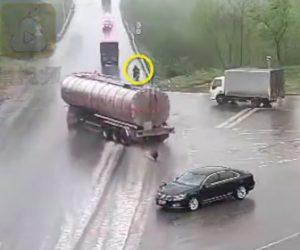【動画】雨で濡れた道でコントロールを失ったタンクローリーが突っ込んで来るが…
