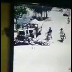 【動画】バイク2台が接触し、ライダーが後ろを走るトラクターに轢かれてしまう衝撃事故映像