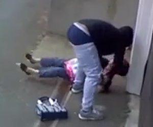 【動画】68歳女性が家の外で強盗に襲われ必死に抵抗する衝撃映像
