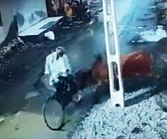 【動画】牛の横を自転車で通ろうとする男性に牛が突っ込んで来る衝撃映像