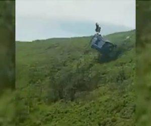 【動画】丘の上からSUV車が転落し女性と運転手が放り出される衝撃事故映像