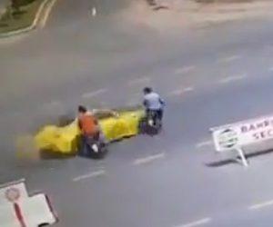【動画】2台のバイクが道を渡ろうとするが猛スピードの車にはね飛ばされてしまう衝撃事故映像