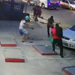 【閲覧注意動画】店の前に立つ男性が強盗3人に襲われ銃で撃ちまくられてしまう衝撃映像
