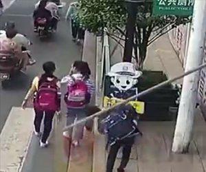 【動画】建設現場から滑り落ちた鉄パイプが歩道を歩く少年の頭に直撃してしまう衝撃映像