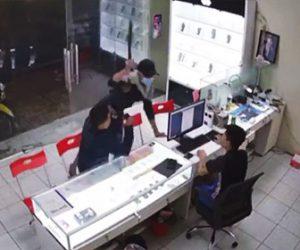 【動画】携帯電話ショップにマチェーテを持った男が現れ店員に斬りかかる衝撃映像