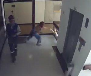 【動画】小さな男の子が階段から落下するが母親が飛びつき助ける衝撃映像