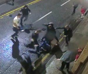 【動画】結婚を祝う家族と7人の男達が大乱闘。車道で激しく殴り合い3名が入院