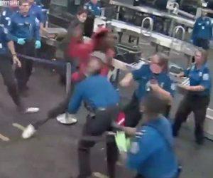 【動画】空港の手荷物検査場で男が大暴れ。保安検査員を殴り倒す衝撃映像