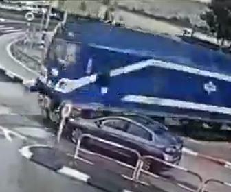 【動画】踏切で停車する場所を間違え電車と接触してしまう車