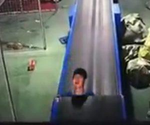 【閲覧注意動画】作業員がベルトコンベアに挟まれ巻き込まれてしまう衝撃映像
