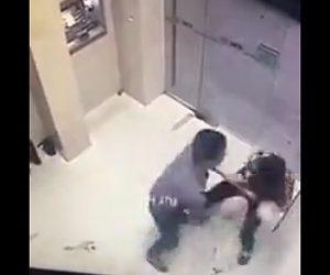 【動画】ATMに並ぶ男がナイフで男性を刺しまくる恐ろしい映像